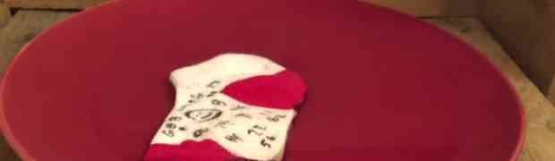Stavio je običnu čarapu u zdjelu punu sumporne kiseline. Pogledajte šta se dogodilo kada ju je dodirnuo prstom! (VIDEO)