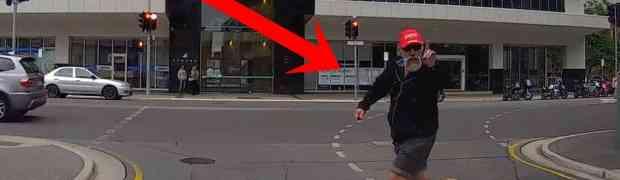 Prelazio je cestu i psovao vozača koji je naglo zakočio na semaforu. Dobro obratite pažnju šta će uslijediti...