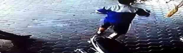 Ovaj čovjek je nevjerovatnom reakcijom spasio dvoje djece u posljednjoj sekundi (VIDEO)