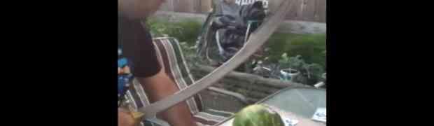 Uzeo je OGROMNU SABLJU i krenuo da njome presječe lubenicu. Ovaj svoj potez će DUGO PAMTITI! (VIDEO)