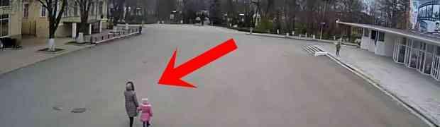 Šetala je s kćerkicom ulicama Krasnodara u Rusiji. Sve je izgledalo sasvim normalno, a onda su doživjele OVO! (VIDEO)