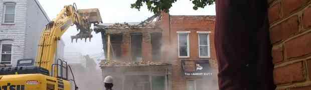 Došli su bagerima da ruše zgradu, a onda su greškom srušili POGREŠNU! (VIDEO)
