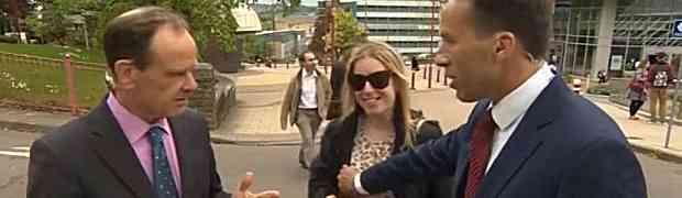 Novinar BBC-a tokom javljanja uživo u vijestima uhvatio prolaznicu za grudi. Njena reakcija nasmijala je MILIONE! (VIDEO)