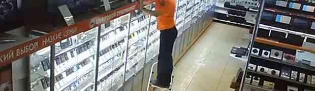 Kamera u prodavnici elektronike snimila radnika kako popravlja stvari na polici. Zbog ovog poteza je odmah dobio otkaz! (VIDEO)