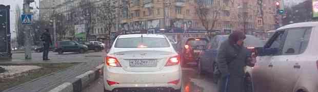 Snimao je iz automobila staricu kako prosi na semaforu. Nije mogao vjerovati da će Ruskinja u jednom trenutku uraditi OVO!