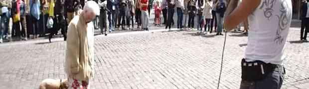 Ova starica je stala na ulici ispred beat-boksera i učinila nešto što je zaprepastilo sve prolaznike (VIDEO)