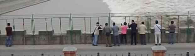 Grupa uzbuđenih turista u Kini stajala je iza ograde snimajući velike valove. Ono što će im se desiti NE VIĐA SE NI U FILMOVIMA! (VIDEO)