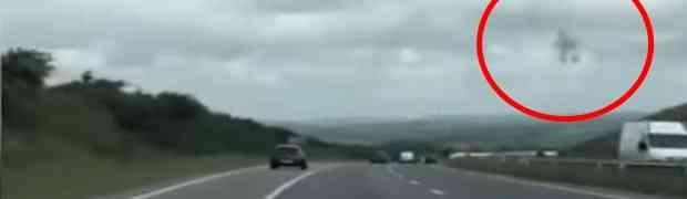 Vozeći se autoputem, na nebu je snimio neobičnu pojavu koja mijenja svoj oblik! Stanovnici na jugu Engleske u strahu! (VIDEO)