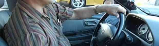 Izazivao ga je bahati vozač u skupocjenom Porscheu, a onda je brko sjeo za volan i OČITAO MU LEKCIJU! (VIDEO)