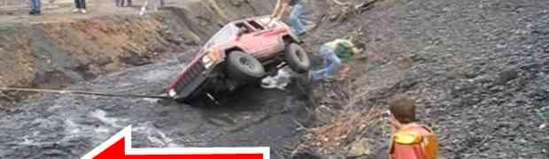 Htjeli su kamionetom da iščupaju džip koji je duboko zapao u blatu. Čekajte da vidite šta će im se desiti na 0:22! (VIDEO)