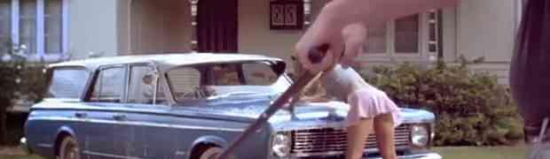 Gledao je zgodnu djevojku kako u kratkoj haljinici pere svoj auto. Kada joj se približio i bolje pogledao... ŠOK! (VIDEO)