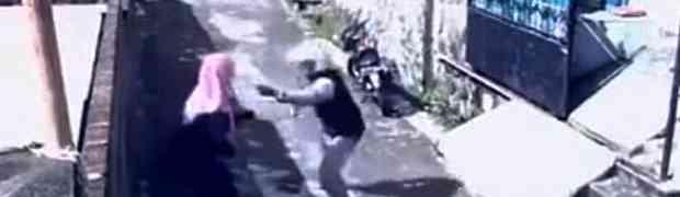 Vidio je ženu s maramom kako sama hoda uličicom, a onda joj je iz ruku otrgnuo torbicu. BOLJE DA NIJE! (VIDEO)