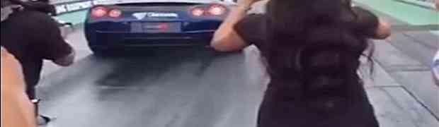 Zgodna crnka mobitelom je snimala trku automobila. Kada je vozač bijesnog Nissana stisnuo gas, svi su vidjeli ŠTA KRIJE ISPOD HALJINICE!