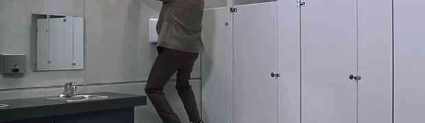 Ušao je u javni WC i zatekao tipa kako se trlja o sušilicu za ruke. Ova scena nasmijala je MILIONE LJUDI ŠIROM SVIJETA (VIDEO)