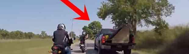 Grupa bajkera htjela je zaustaviti i istući vozača kamioneta. Kada je tip zakočio i izašao iz vozila, uslijedio je PAKAO! (VIDEO)