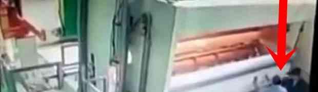 Pokazivao je jednom radniku u fabrici novu mašinu za papir. Zanijemićete kada vidite šta će se dogoditi na 0:06! (VIDEO)
