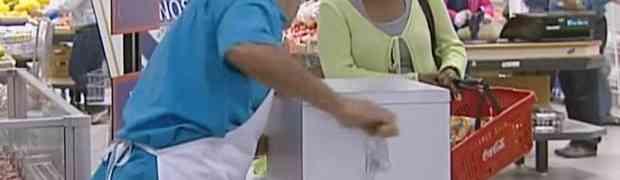 Ušla je u samoposlugu i probala svježe kobasice koje joj je ponudio prodavač. Par trenutaka kasnije, ZANIJEMILA JE OD ŠOKA! (VIDEO)
