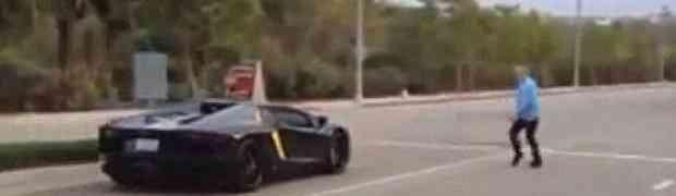 Jurio je cestom u svom skupocjenom Lamborghiniju, a onda naletio na pješaka koji je prelazio cestu. Nećete vjerovati šta mu je tip uradio na 0:25!