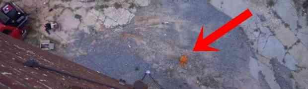 Stavio je mobitel u bundevu i bacio je sa krova zgrade. Pogledajte kako je završio mobitel nakon pada sa visine od 30 metara! (VIDEO)