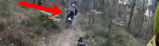Vozili su se šumom na motorima, a onda je jedan od njih naletio na prepreku na putu. Kada je pogledao u svoju desnu nogu, NIJE MU BILO DOBRO! (VIDEO)