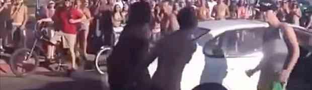 Grupa huligana zaustavila je mladića u automobilu i krenula da ga istuku. BOLJE DA NISU! (VIDEO)
