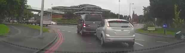 Ne gledajući ispred sebe, žena je automobilom udarila u kombi. Čekajte samo da vidite šta mu je uradila, kada je tip izašao napolje!