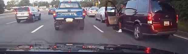 Mangupirao se po cesti i ulazio drugim vozačima u putanju, a onda je iz auta izašao ogromni crnac i uradio NAJLUĐU STVAR!