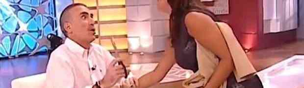 Zgodna voditeljica u studiju nije mogla pobjeći perverznom kolegi: Tip uzeo makaze i isjekao joj haljinu uživo na televiziji! (VIDEO)