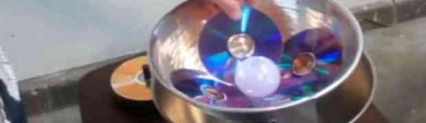 Stavio je 4 stara CD-a u metalnu posudu, a onda u sredinu i jednu sijalicu. 45 minuta kasnije? OSTAĆETE BEZ RIJEČI! (VIDEO)