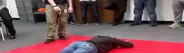 Legla je na pod, a onda ju je muškarac pogodio iz električnog pištolja. Zbog ovoga joj se sada smije cijeli svijet! (VIDEO)