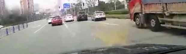 Presjekao je put kamiondžiji koji je prevozio cigle, te naglo zakočio ispred njega. OVAKAV UDES JOŠ NISTE VIDJELI! (VIDEO)