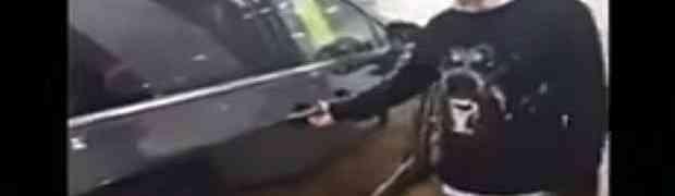 Prodavač u jednom kineskom auto salonu, da bi prodao automobil uradio OVU STVAR pa DEBELO ZAŽALIO! (VIDEO)