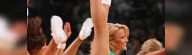 Navijačica na košarkaškoj utakmici visoko je podigla svoju nogu, no svi su ostali u šoku kada su ugledali OVO! (VIDEO)