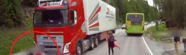 DJEČAK IZAŠAO IZ AUTOBUSA I POJURIO PRAVO POD KAMION: Rekacija vozača će vas ostaviti bez teksta!(VIDEO)