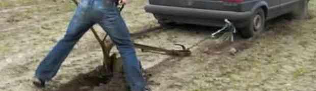 I TO JE MOGUĆE: Pogledajte kako ovaj Nijemac ore njivu uz pomoć svog starog GOLFA 'DVICE' (VIDEO)