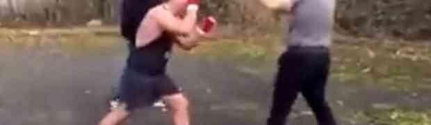 Napao je u parku mladića duplo manjeg od sebe. Kada vidite šta mu je tip uradio PAŠĆETE SA STOLICE! (VIDEO)