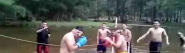 Oni se boksaju u vodi i to zavezanih očiju. Pogledajte zašto je ovaj boks milion puta zanimljiviji od običnog boksa (VIDEO)