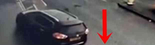 Jurio je u svom sportskom Audiju R8, pa se direktno zabio u zadnji kraj parkiranog velikog porodičnog vozila. Ovo morate vidjeti!