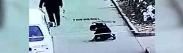 Nadzorna kamera je snimala dječaka kako baca petardu u šaht. Ono što je uslijedilo na 0:06 OSTAVIĆE VAS U ŠOKU! (VIDEO)