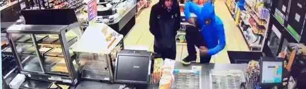 Dvojica naoružanih razbojnika krenuli su pljačkati prodavnicu, a onda je ušao nabildani zaštitar i OČITAO IM LEKCIJU! (VIDEO)