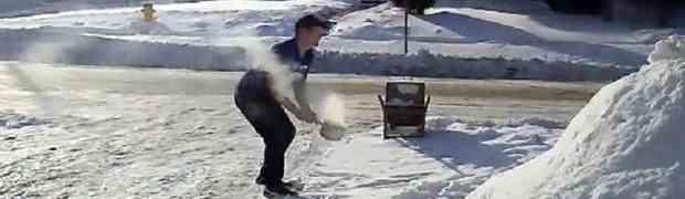 Izašao je napolje i na temperaturi od -34 stepena ispod nule, u zrak je bacio šerpu ključale vode. Pogledajte šta se dogodilo...