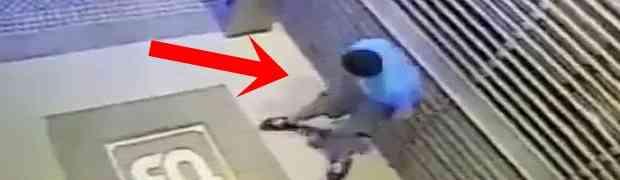 Odlučio je zastati i obaviti veliku nuždu ispred ulaza u jednu zgradu. Nakon ovoga, NEĆE VIŠE NIKAD! (VIDEO)