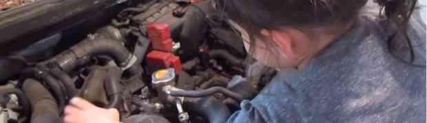 Najmlađa automehaničarka na svijetu: Pogledajte kako mala djevojčica mijenja ulje u automobilu svog oca (VIDEO)