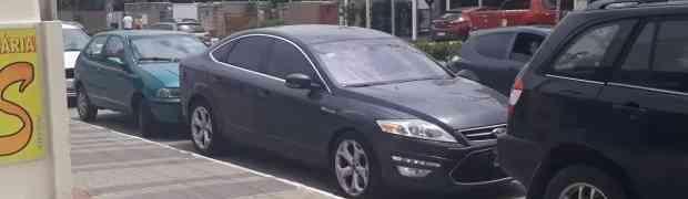 KAKVU MAGIJU OVAJ VOZAČ KORISTI: Ovakvo isparkiranje automobila JOŠ NISTE VIDJELI! (VIDEO)