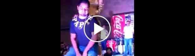 Plesao je sa atraktivnom djevojkom na sceni, zanio se pa doživio blamažu života! (VIDEO)