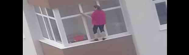 KOMŠIJE U ŠOKU GLEDALE ŠTA RADI: Pogledajte kako ova žena čisti prozore svog stana na petom spratu zgrade!