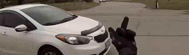 Cijelim putem je bahati bajker pokazivao srednji prst vozaču automobila. A onda je iz vozila izašao čiča i UNIŠTIO GA!
