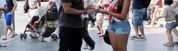 Posudio je mobitel u gradu od nepoznate djevojke, a onda mu je ispao iz ruke na beton... (VIDEO)
