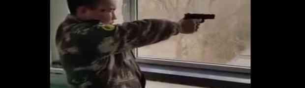 Vojnik iz Sjeverne Koreje pokazao kako puca iz pištolja i nasmijao MILIONE ŠIROM SVIJETA (VIDEO)