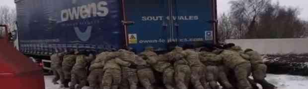 Pogledajte nevjerovatan snimak u kojem preko 20 vojnika guraju ogromni šleper zapao u snijegu! (VIDEO)